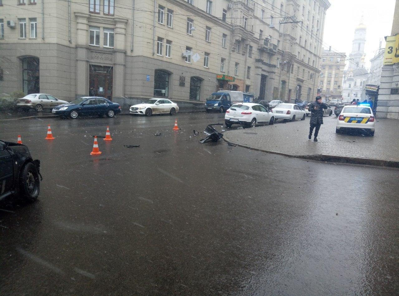 """В центре Харькова автомобиль """"BMW"""" столкнулся с авто """"Skoda"""" и врезался в дом, - ФОТО, фото-5"""