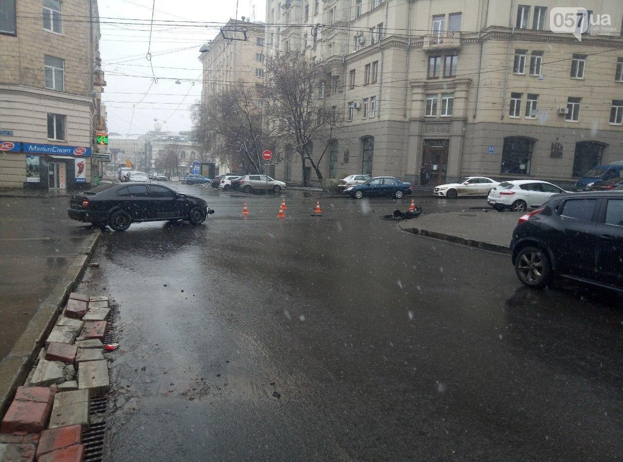 """В центре Харькова автомобиль """"BMW"""" столкнулся с авто """"Skoda"""" и врезался в дом, - ФОТО, фото-6"""