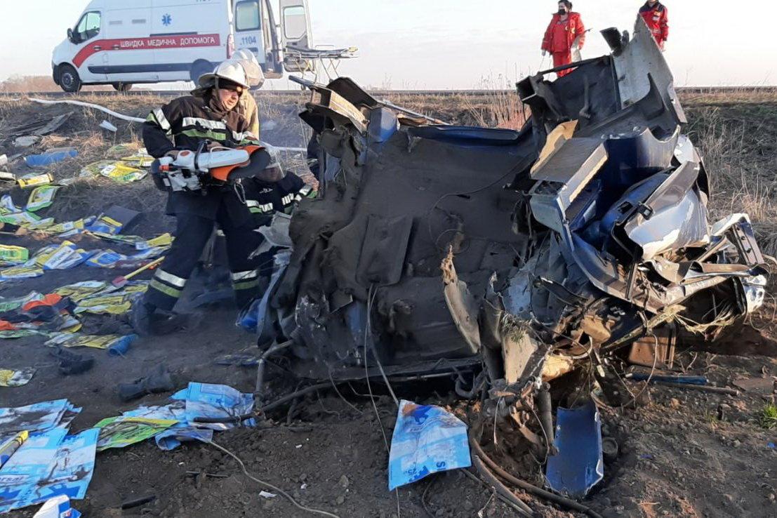 В Змиеве перевернулась фура. Спасатели вырезали водителя из кабины, - ФОТО, фото-2