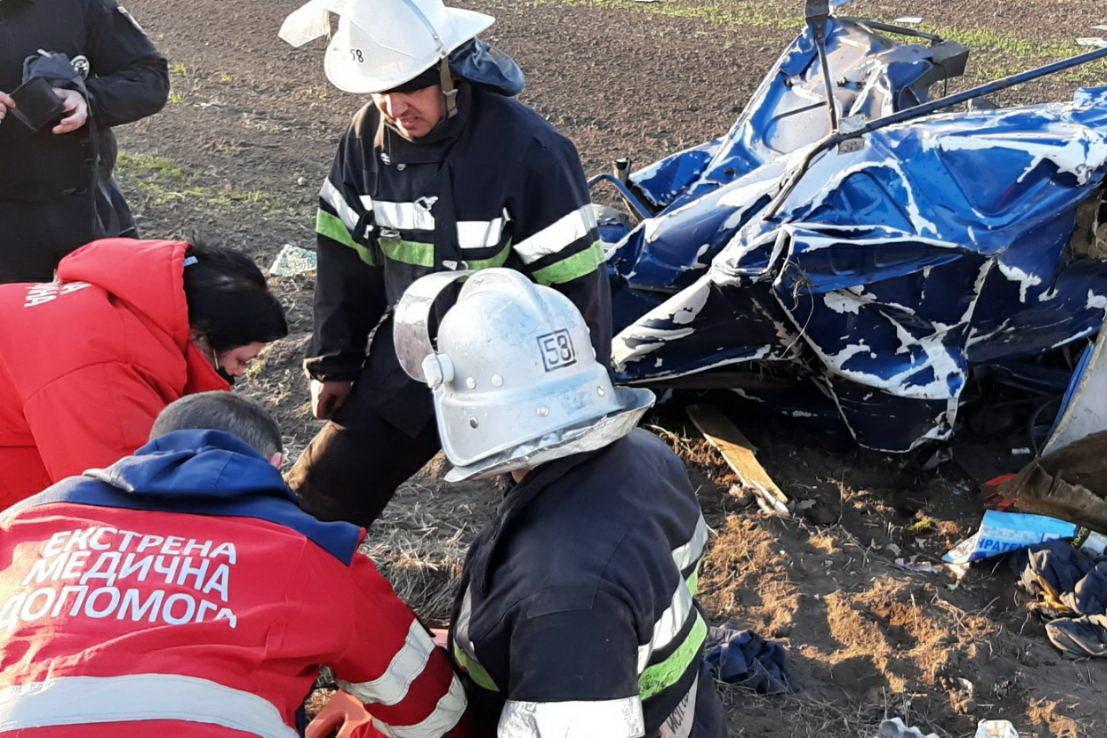 В Змиеве перевернулась фура. Спасатели вырезали водителя из кабины, - ФОТО, фото-1