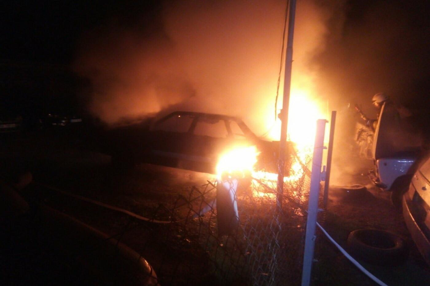 В Харькове неизвестные подожгли автостоянку: сгорели два авто и еще три повреждены, - ФОТО, фото-1