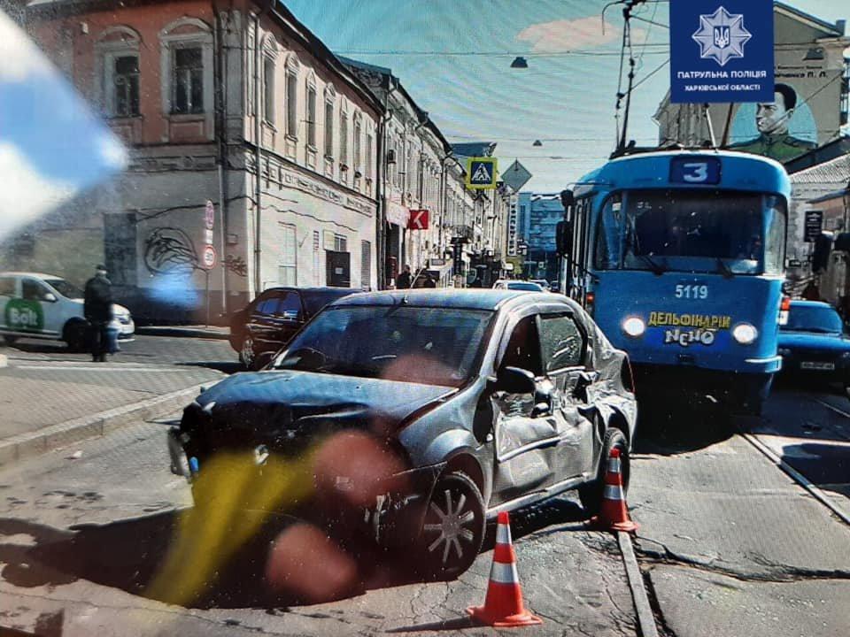 В Харькове автомобиль «Renault» врезался в авто «ВАЗ» и трамвай, - ФОТО, фото-1