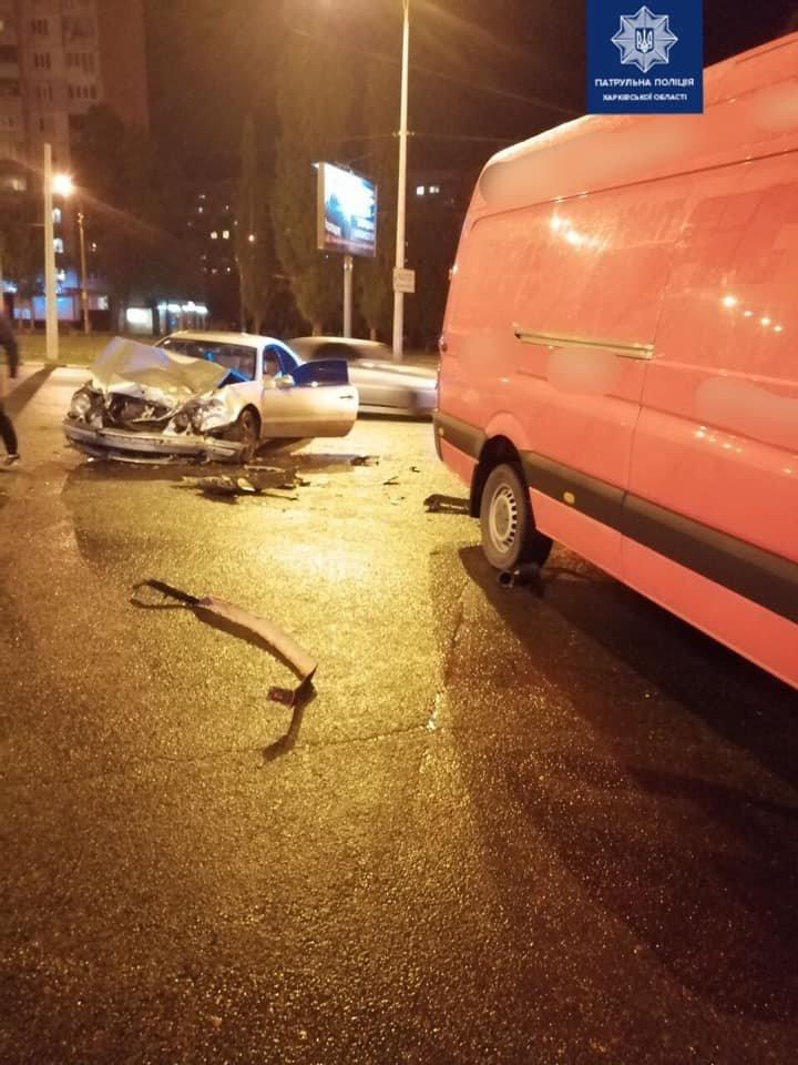 В Харькове столкнулись микроавтобус и легковой автомобиль: два человека в больнице, - ФОТО, фото-1