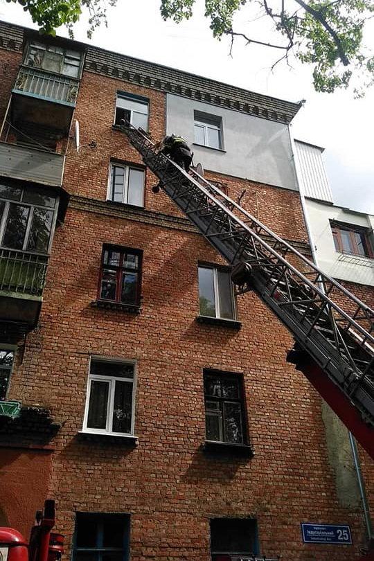 Задыхались от дыма и не могли выбраться: в Харькове бойцы ГСЧС спасли трех жителей горящей «пятиэтажки», - ФОТО, фото-1