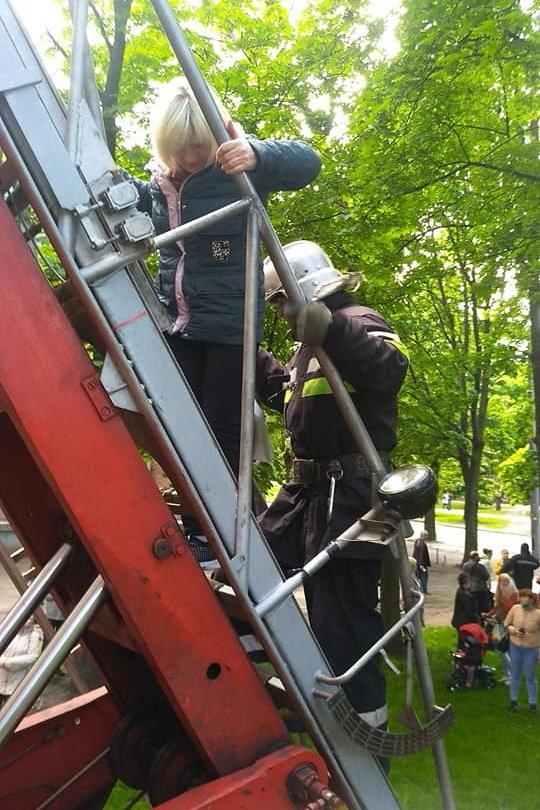 Задыхались от дыма и не могли выбраться: в Харькове бойцы ГСЧС спасли трех жителей горящей «пятиэтажки», - ФОТО, фото-2