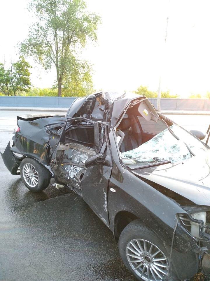 В Харькове на мосту авто «Hyundai» въехало в столб: машину от удара смяло, водитель в больнице, - ФОТО, фото-2