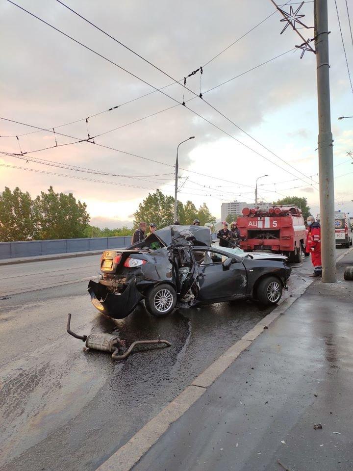 В Харькове на мосту авто «Hyundai» въехало в столб: машину от удара смяло, водитель в больнице, - ФОТО, фото-1