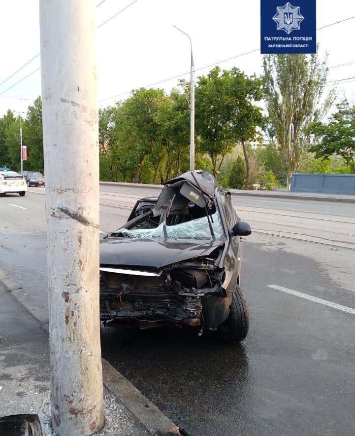 В Харькове на мосту авто «Hyundai» въехало в столб: машину от удара смяло, водитель в больнице, - ФОТО, фото-3