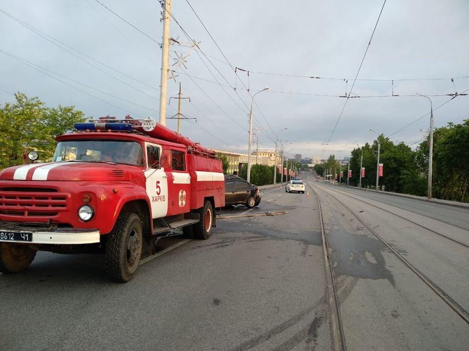 В Харькове на мосту авто «Hyundai» въехало в столб: машину от удара смяло, водитель в больнице, - ФОТО, фото-4