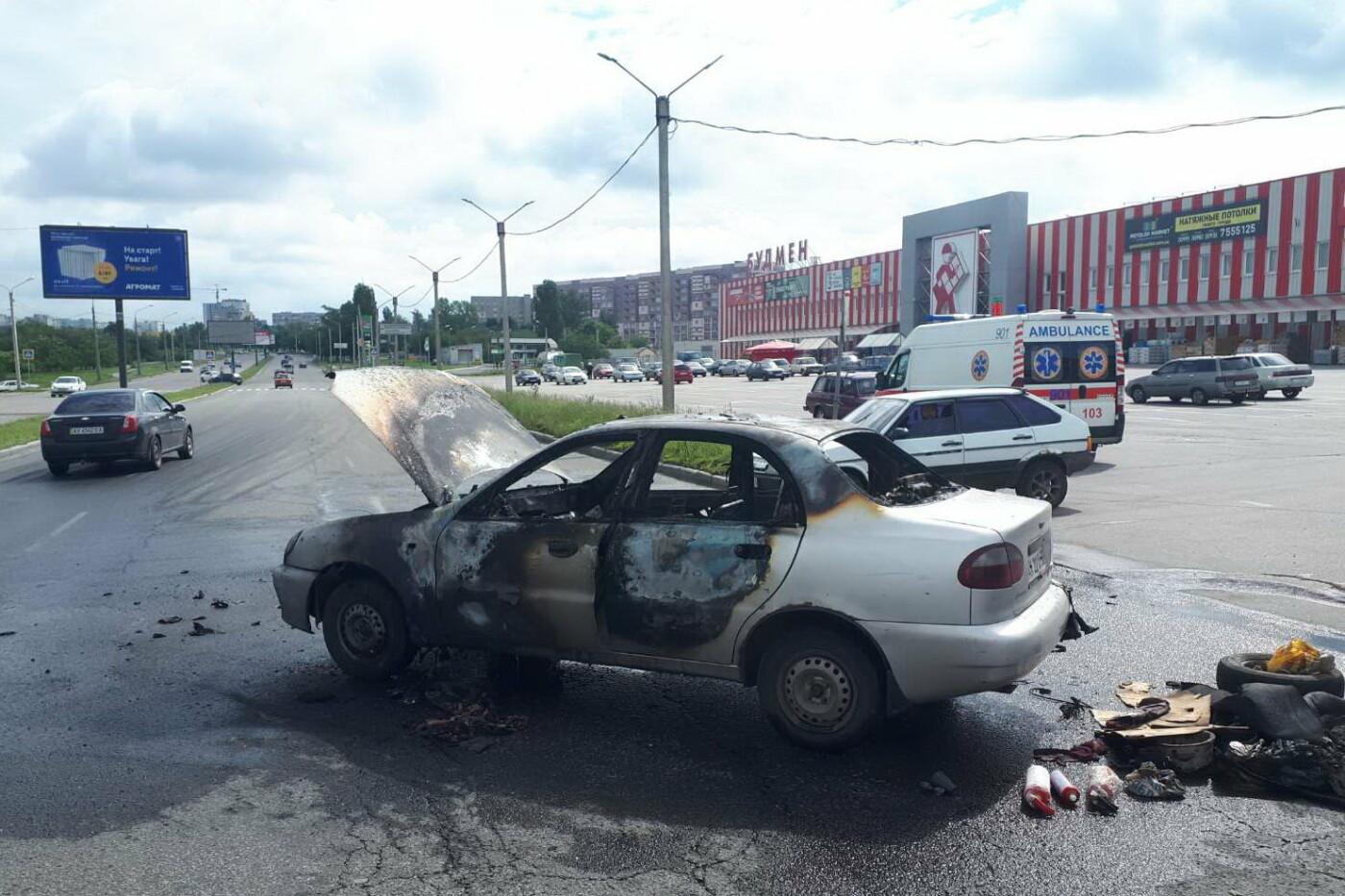 В Харькове во время движения загорелся легковой автомобиль: водитель получил ожоги, - ФОТО, фото-1