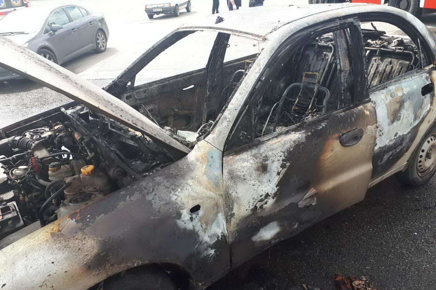 В Харькове во время движения загорелся легковой автомобиль: водитель получил ожоги, - ФОТО, фото-4