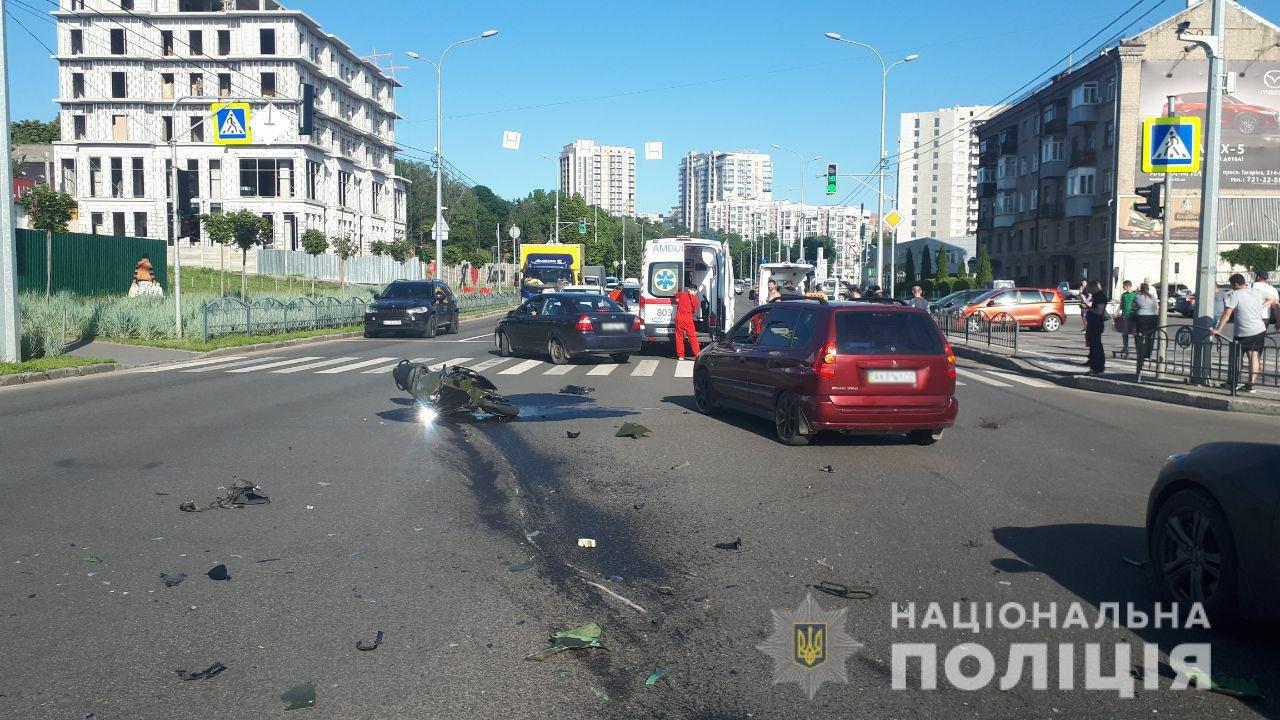 На Клочковской мотоциклист попал в аварию. Его пассажиру едва не оторвало ногу, - ФОТО, фото-1