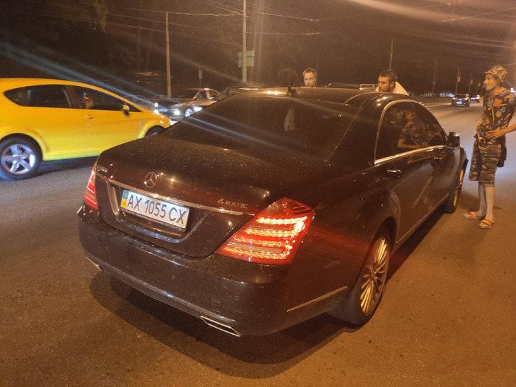 На Мемориале элитный Mercedes устроил ДТП и пытался задавить свидетелей, - ФОТО, фото-1
