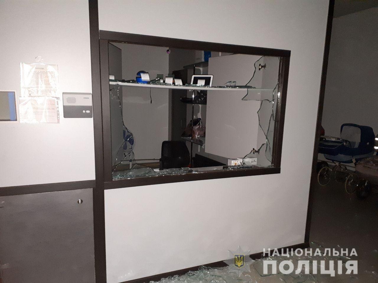 В Харькове неизвестный проник и ограбил ломбард, украв из сейфа деньги и золотые украшения, - ФОТО, фото-1
