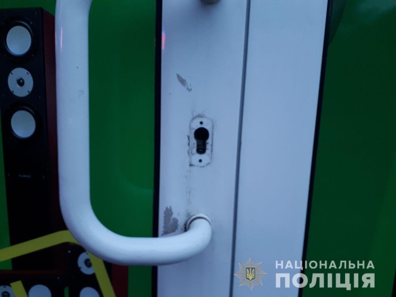 В Харькове неизвестный проник и ограбил ломбард, украв из сейфа деньги и золотые украшения, - ФОТО, фото-2