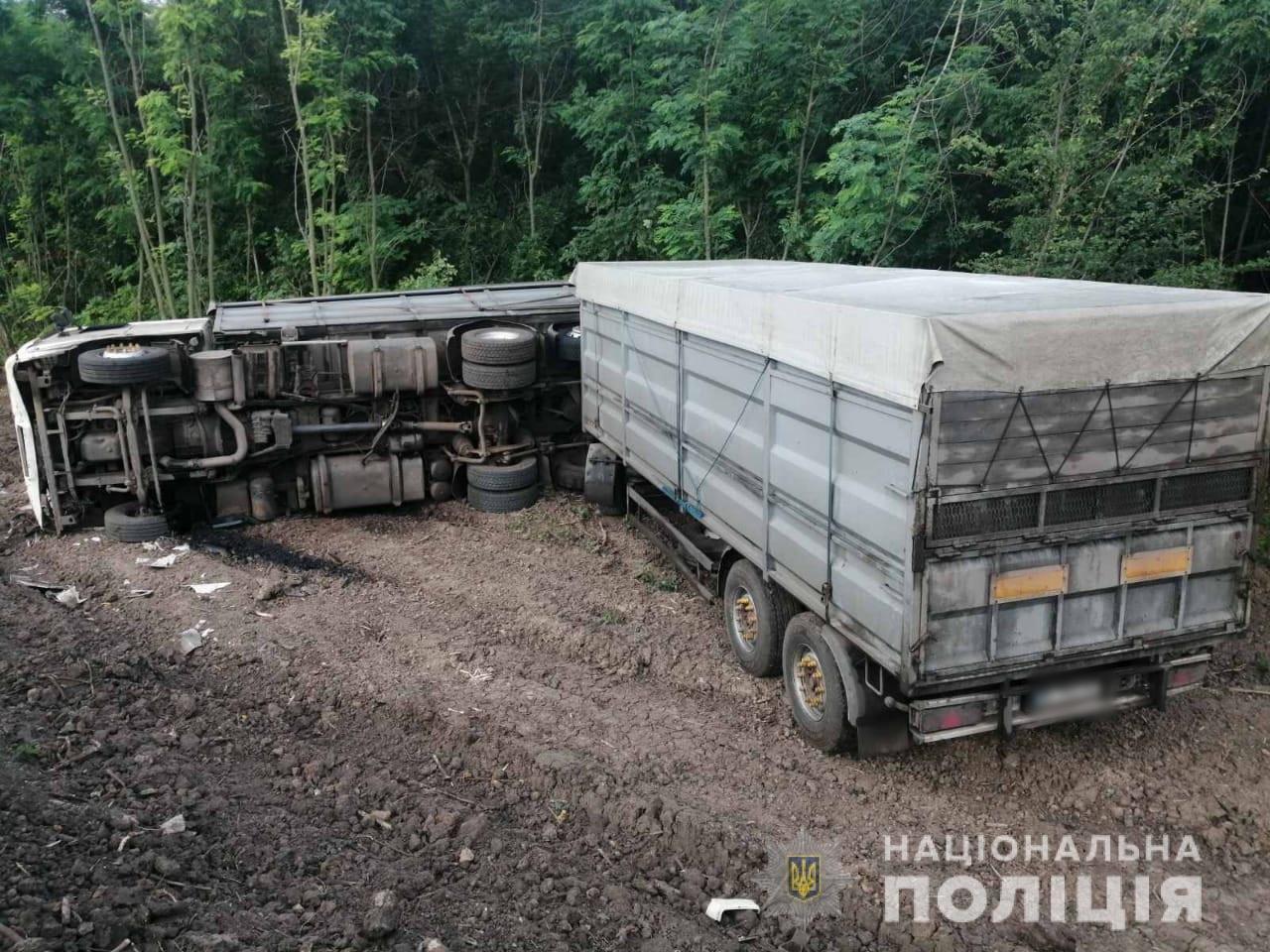 На Харьковщине фура «слетела» в кювет и перевернулась: «копы» не нашли на месте аварии водителя, - ФОТО, фото-1