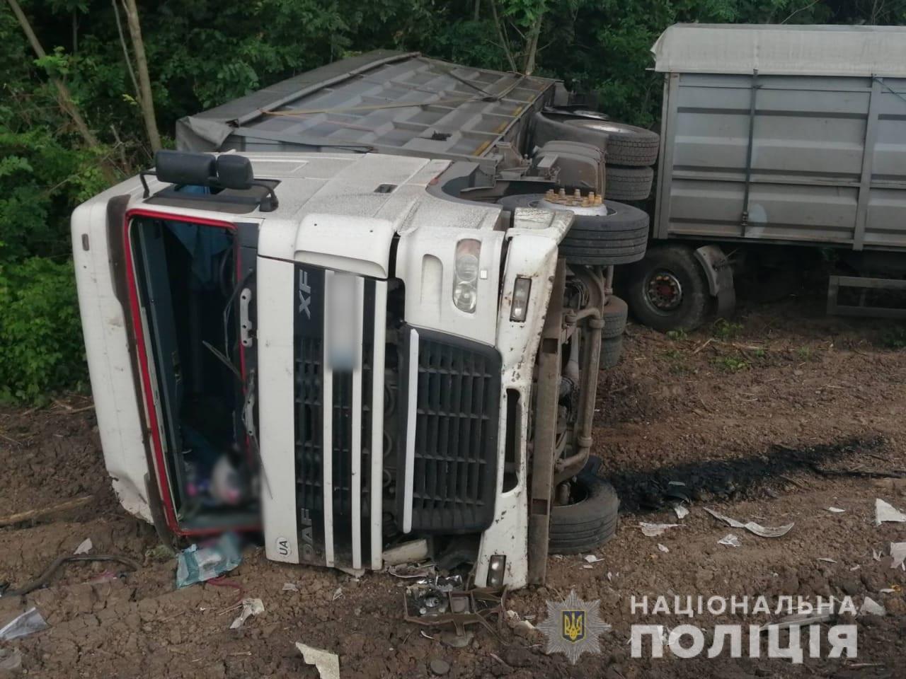 На Харьковщине фура «слетела» в кювет и перевернулась: «копы» не нашли на месте аварии водителя, - ФОТО, фото-2