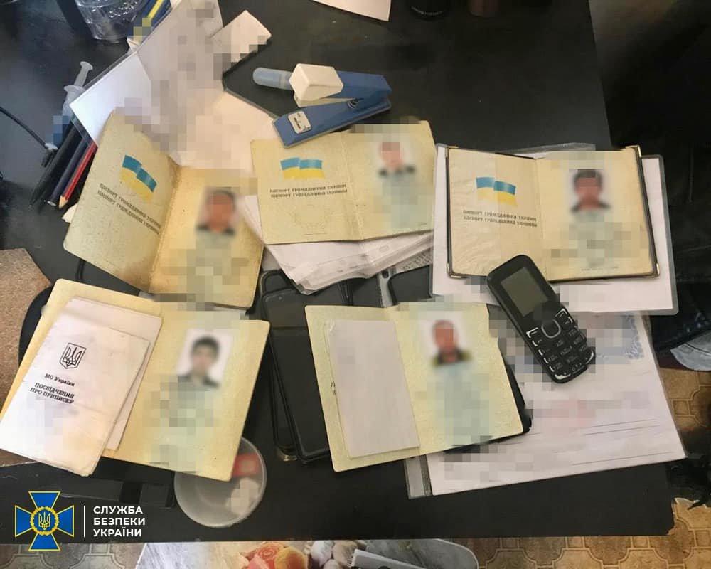 На Харьковщине СБУ разоблачила ОПГ, которая изготавливала поддельные паспорта для иностранцев, - ФОТО, фото-1