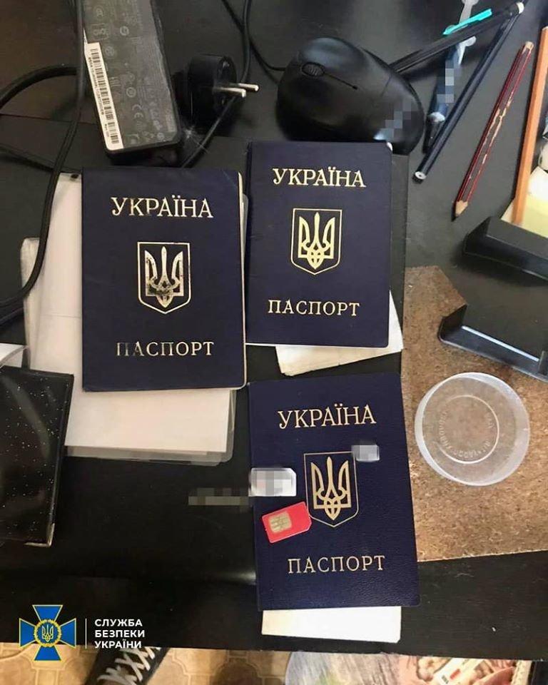 На Харьковщине СБУ разоблачила ОПГ, которая изготавливала поддельные паспорта для иностранцев, - ФОТО, фото-2