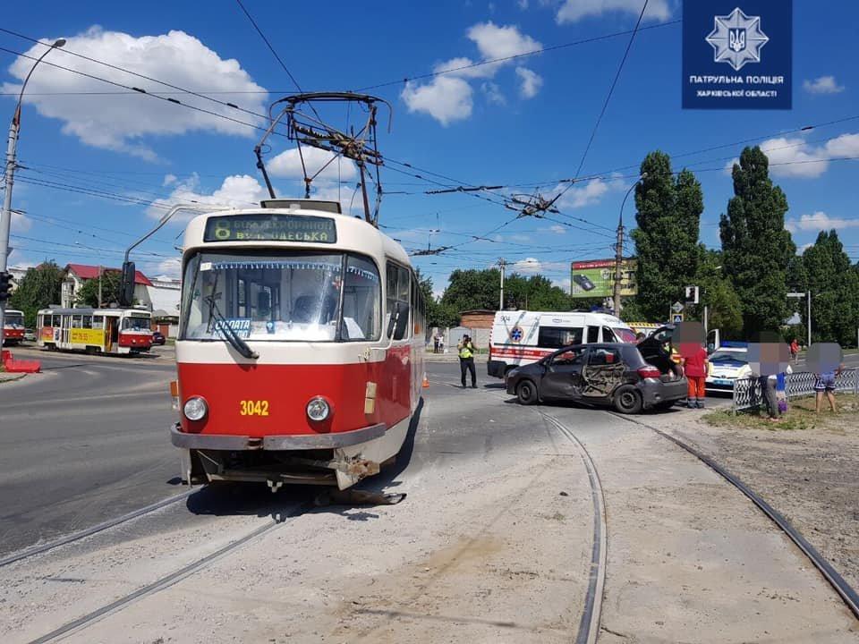В Харькове не разминулись трамвай №8 и легковое авто: пострадал водитель машины, - ФОТО, фото-1