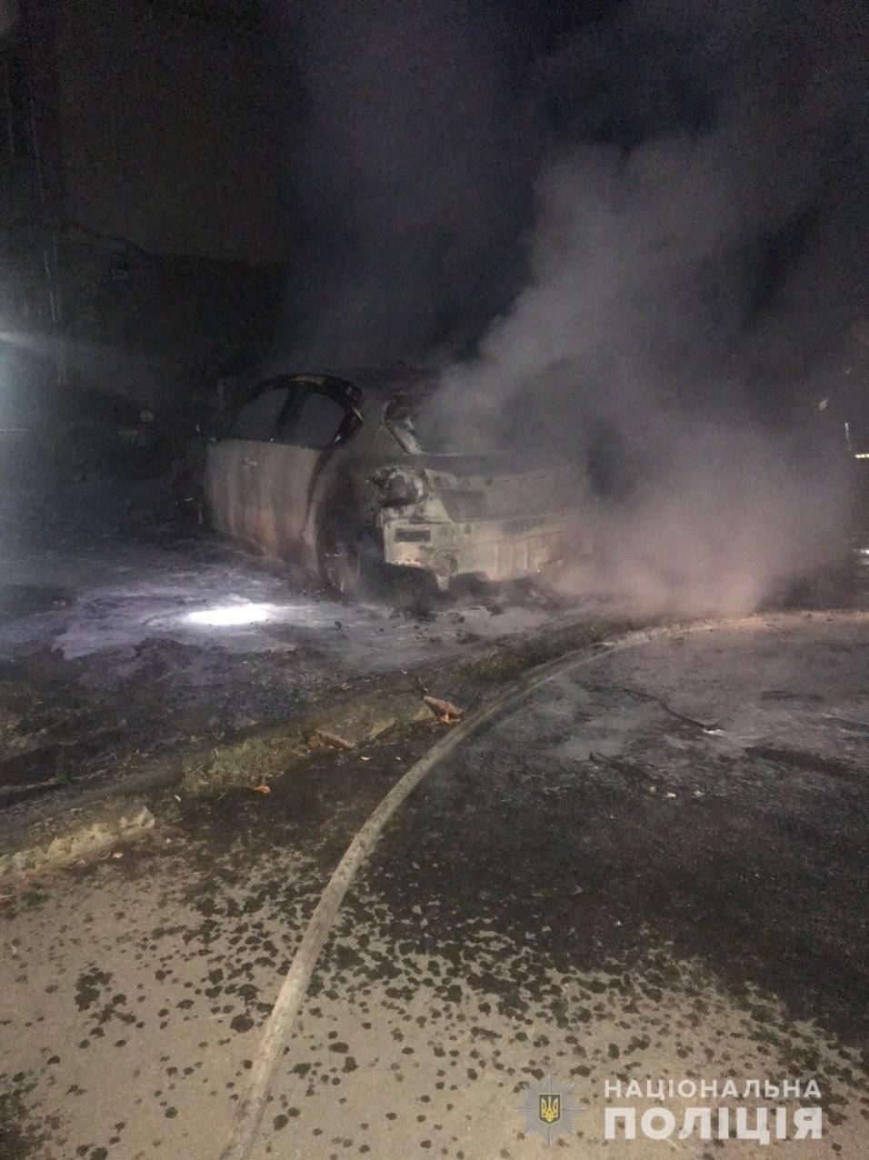 В Харькове неизвестные подожгли легковой автомобиль, припаркованный во дворе дома, - ФОТО, фото-1