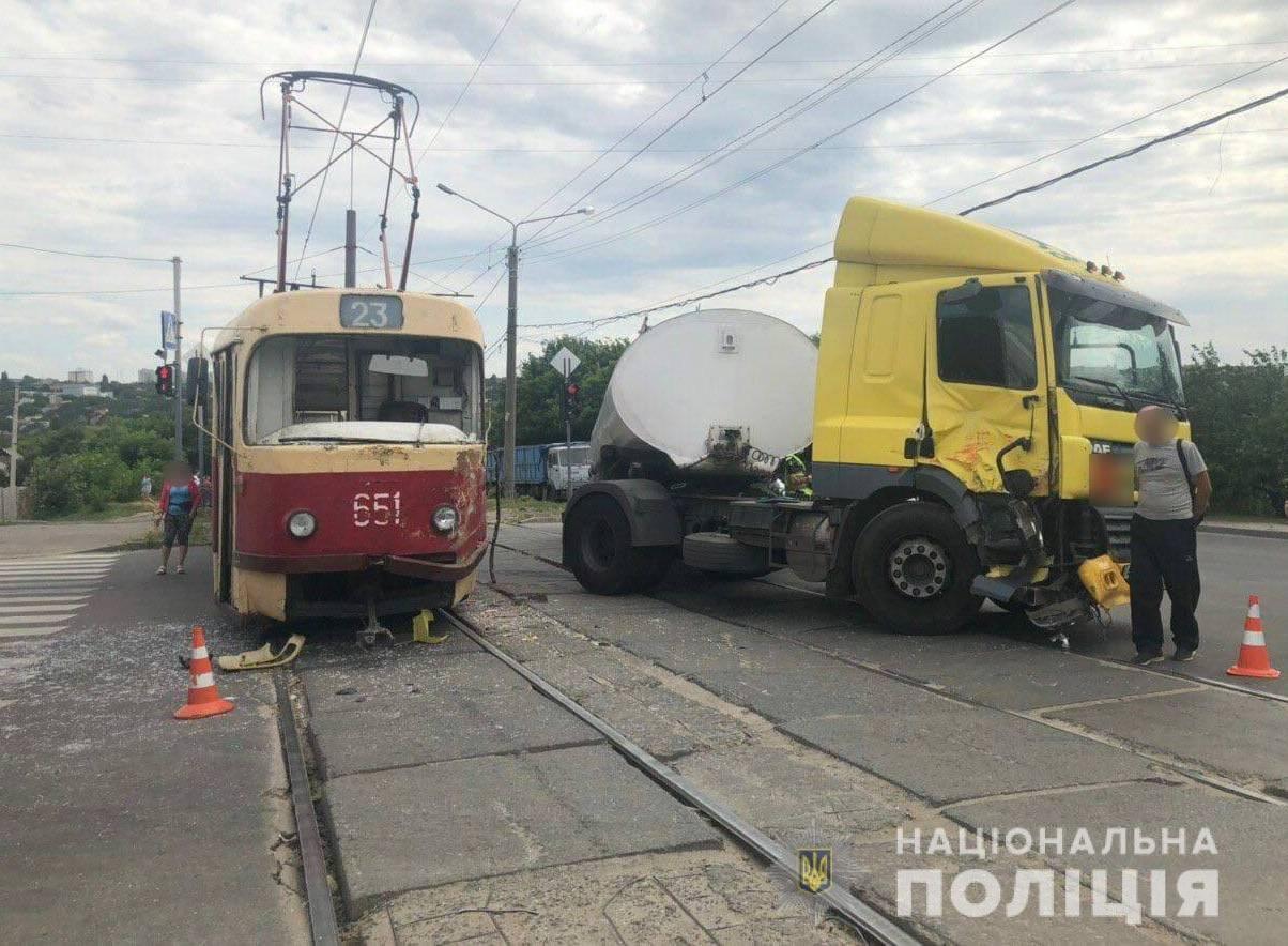 В Харькове бензовоз столкнулся с трамваем. Пострадала водитель, - ФОТО, фото-1