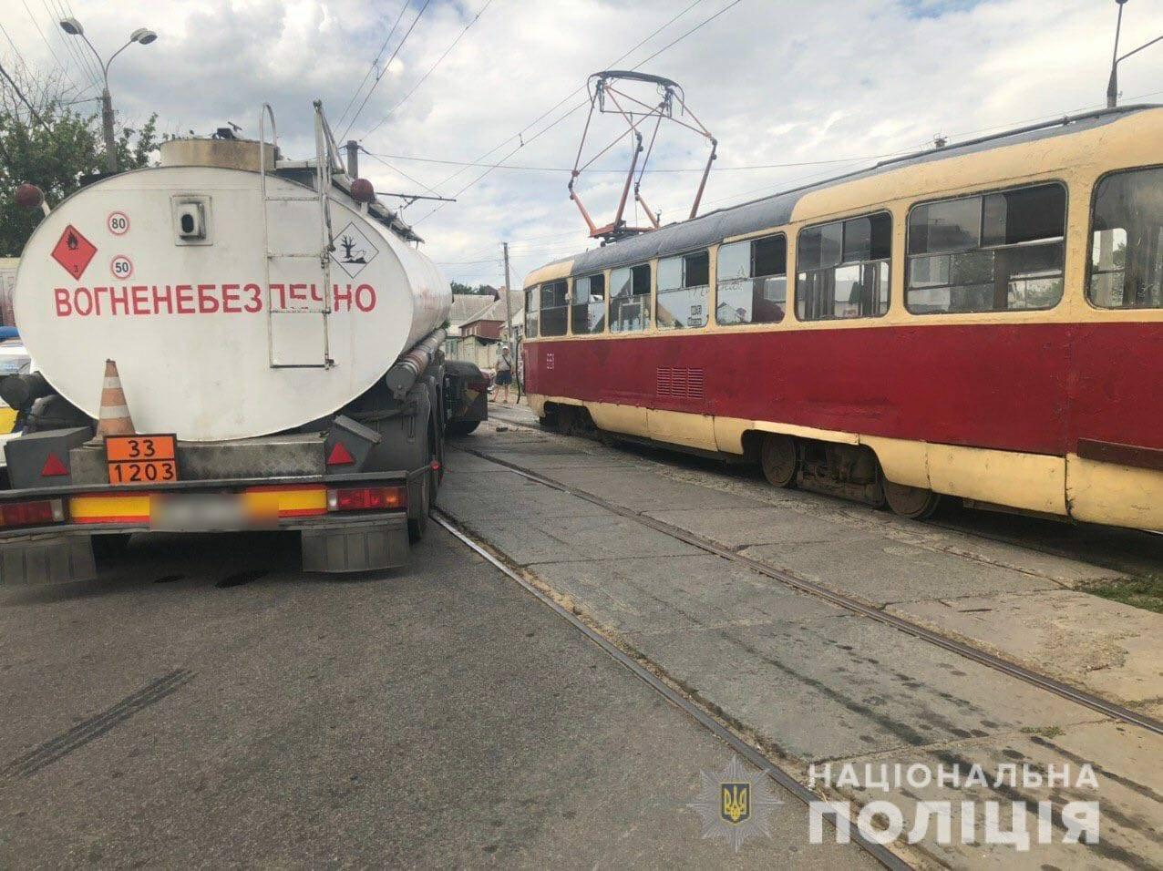 В Харькове бензовоз столкнулся с трамваем. Пострадала водитель, - ФОТО, фото-2