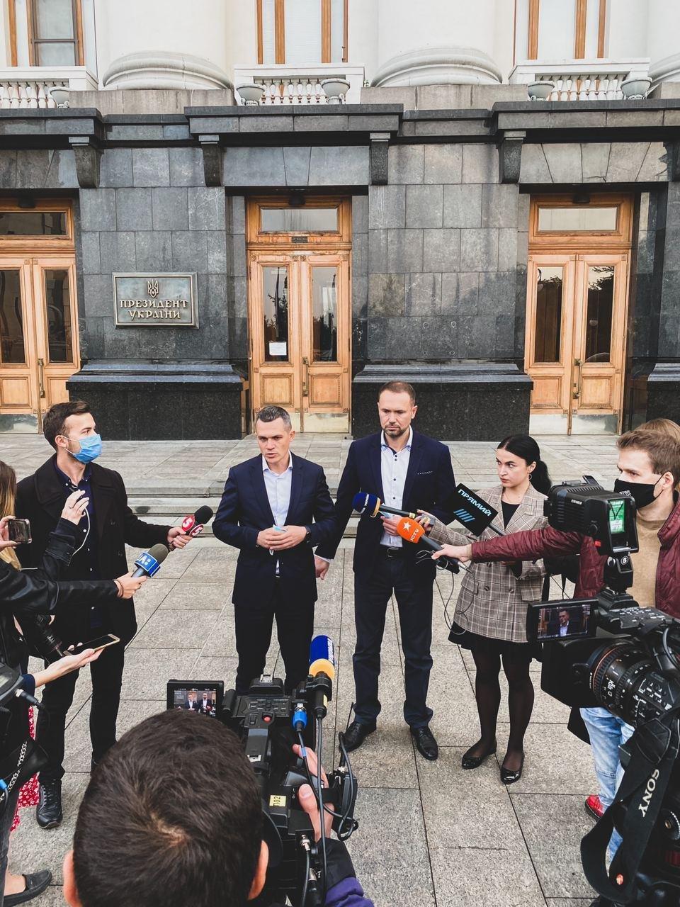 Губернатор Алексей Кучер помог вдове погибшего пилота АН-26 устроить дочь в харьковскую школу, фото-1