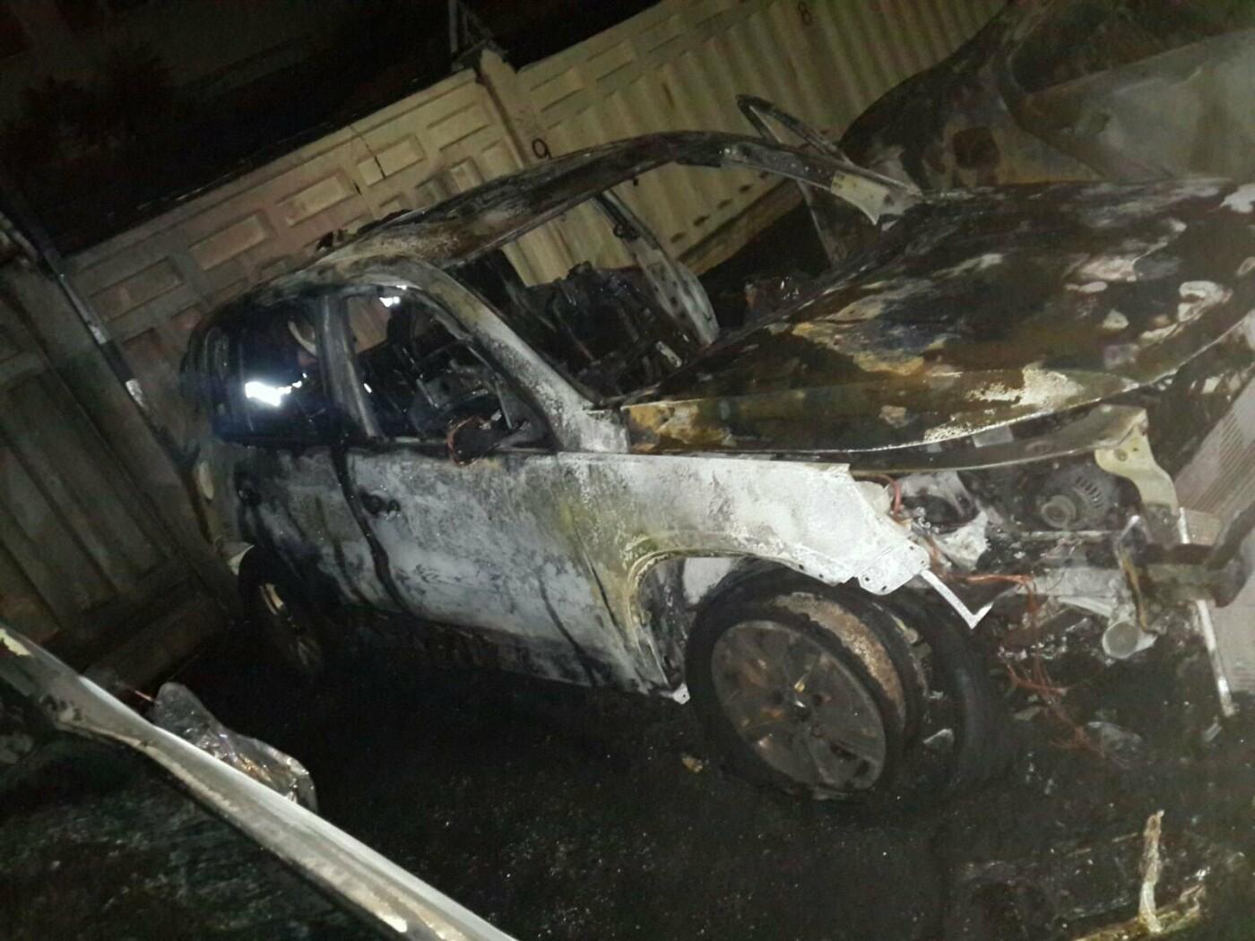В Харькове возле парковки сгорели два внедорожника и легковой автомобиль, - ФОТО, фото-1