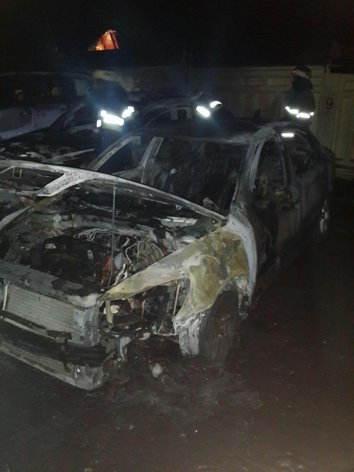 В Харькове возле парковки сгорели два внедорожника и легковой автомобиль, - ФОТО, фото-2