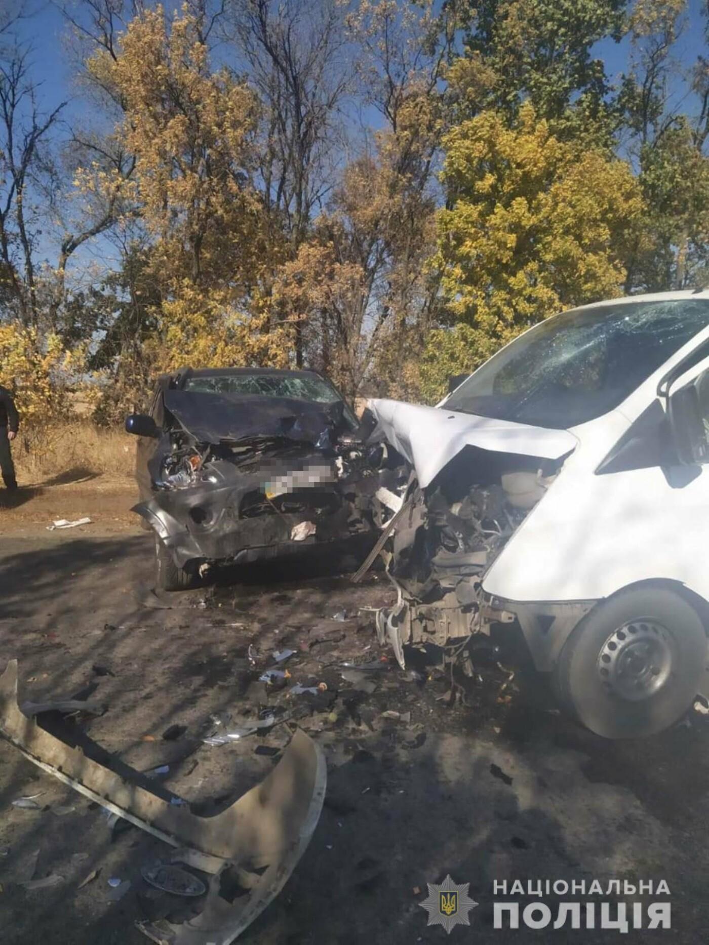 Под Харьковом автобус врезался в легковое авто. Один из пассажиров погиб, - ФОТО, фото-1