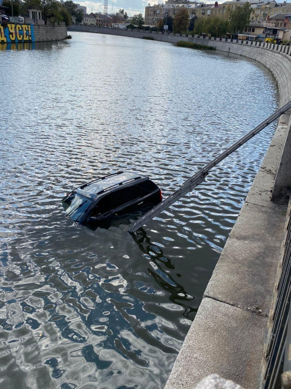 В Харькове авто упало в реку, - ФОТО, фото-1