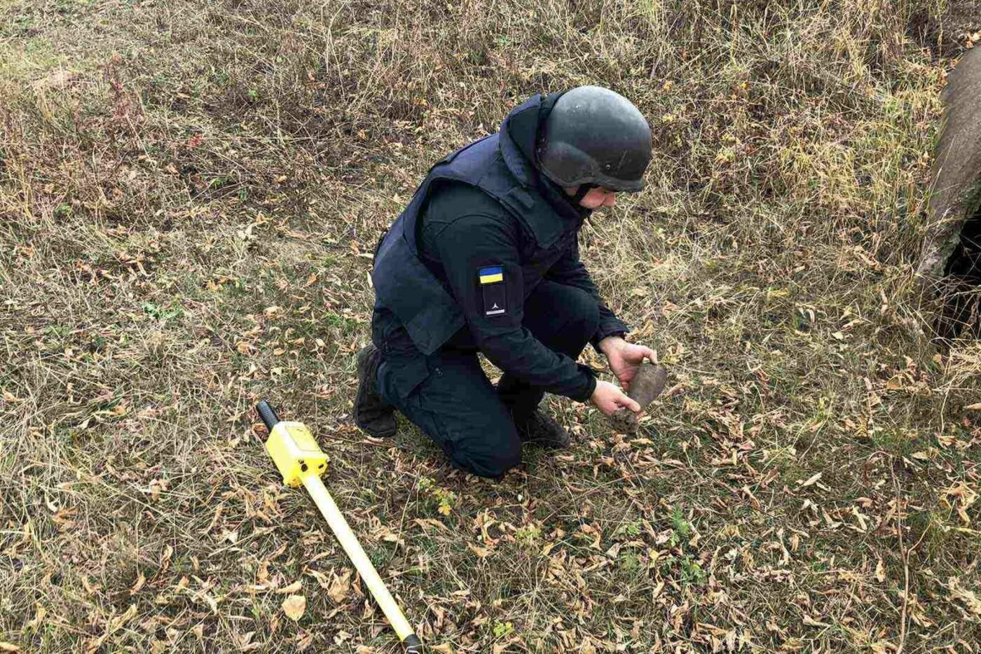 На Харьковщине бойцы ГСЧС обезвредили минометный снаряд, который нашли местные жители, - ФОТО, фото-1