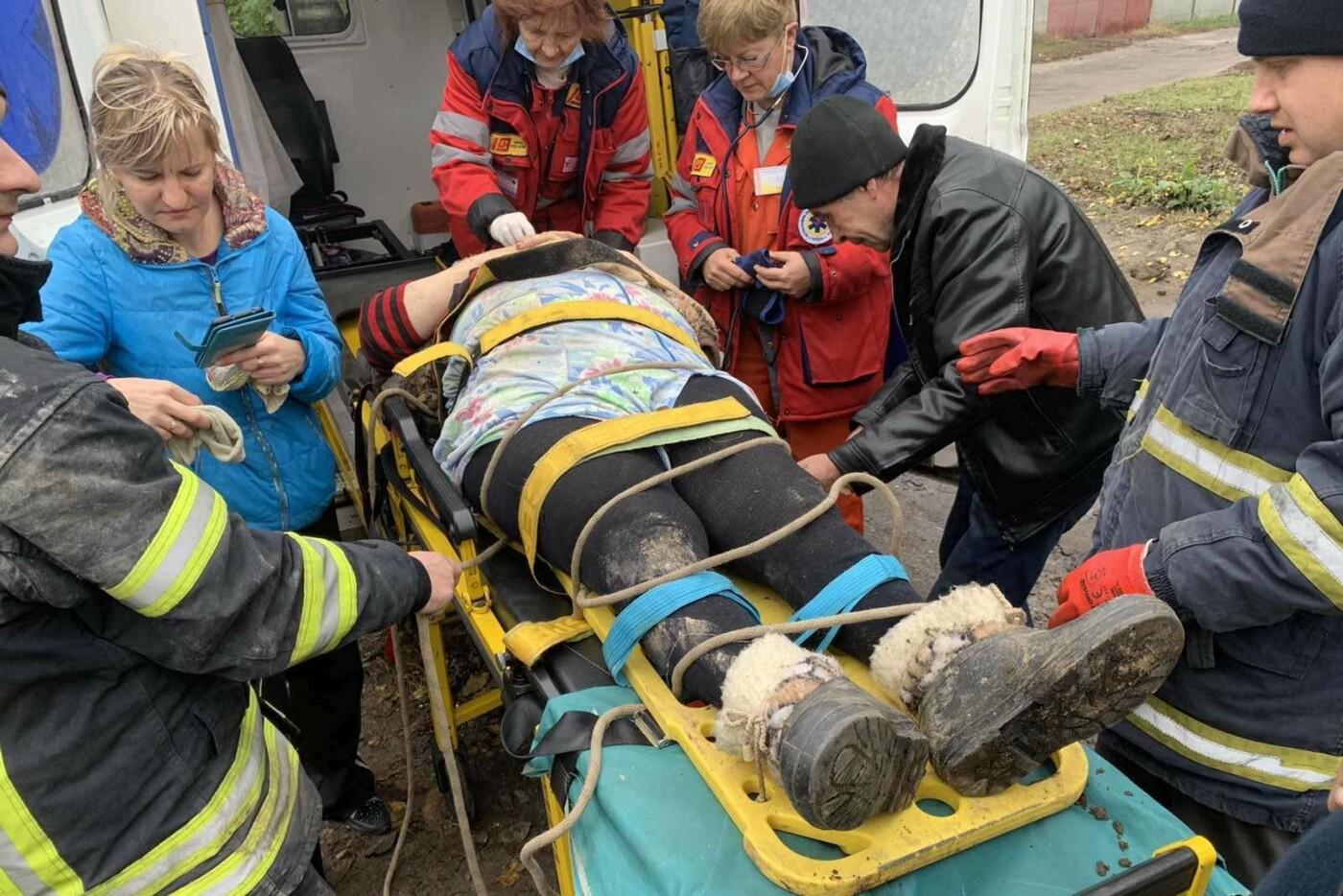 Ноги зажало обломками плиты: в Харькове пенсионерка упала в бетонную яму, - ФОТО, фото-1