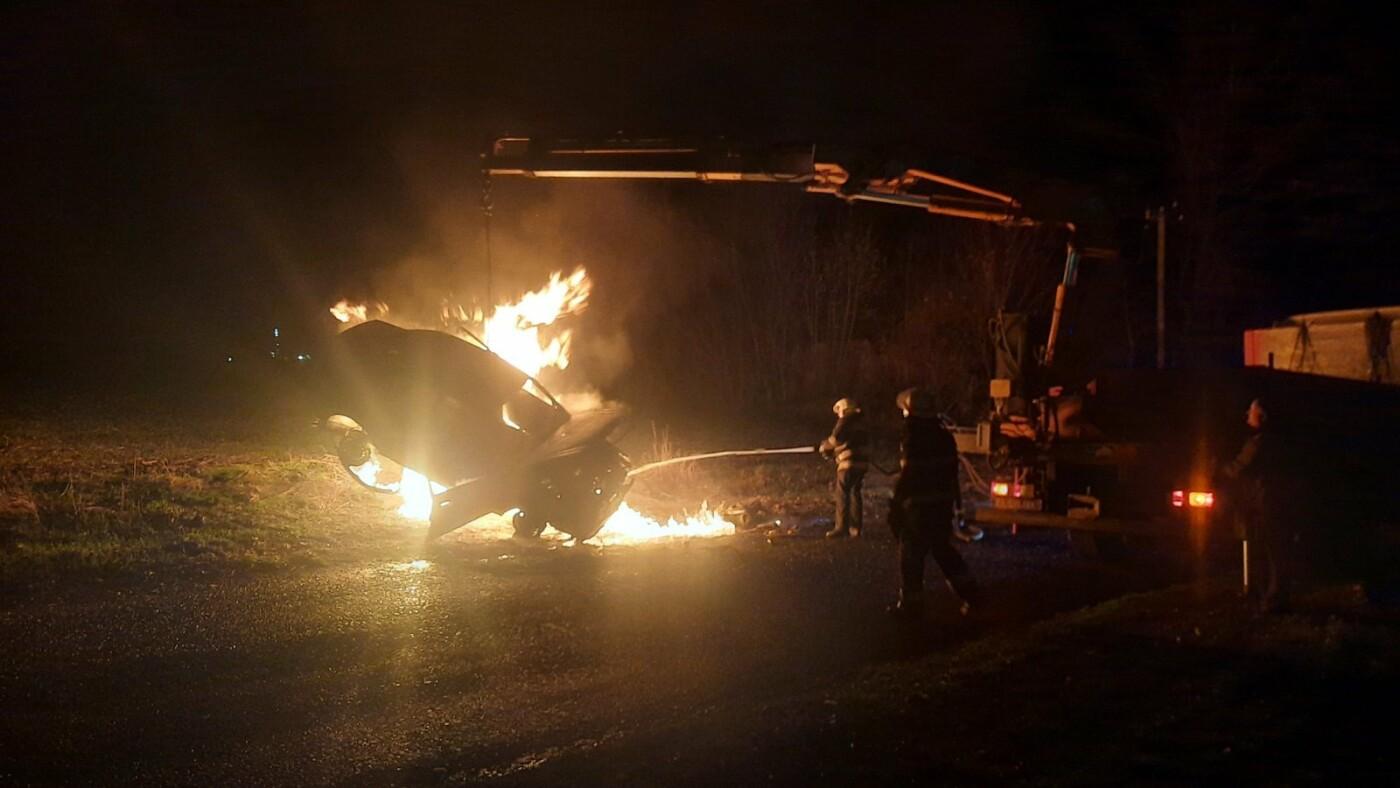 Под Харьковом горело авто. Водитель получил ожоги рук и ног, - ФОТО, фото-1