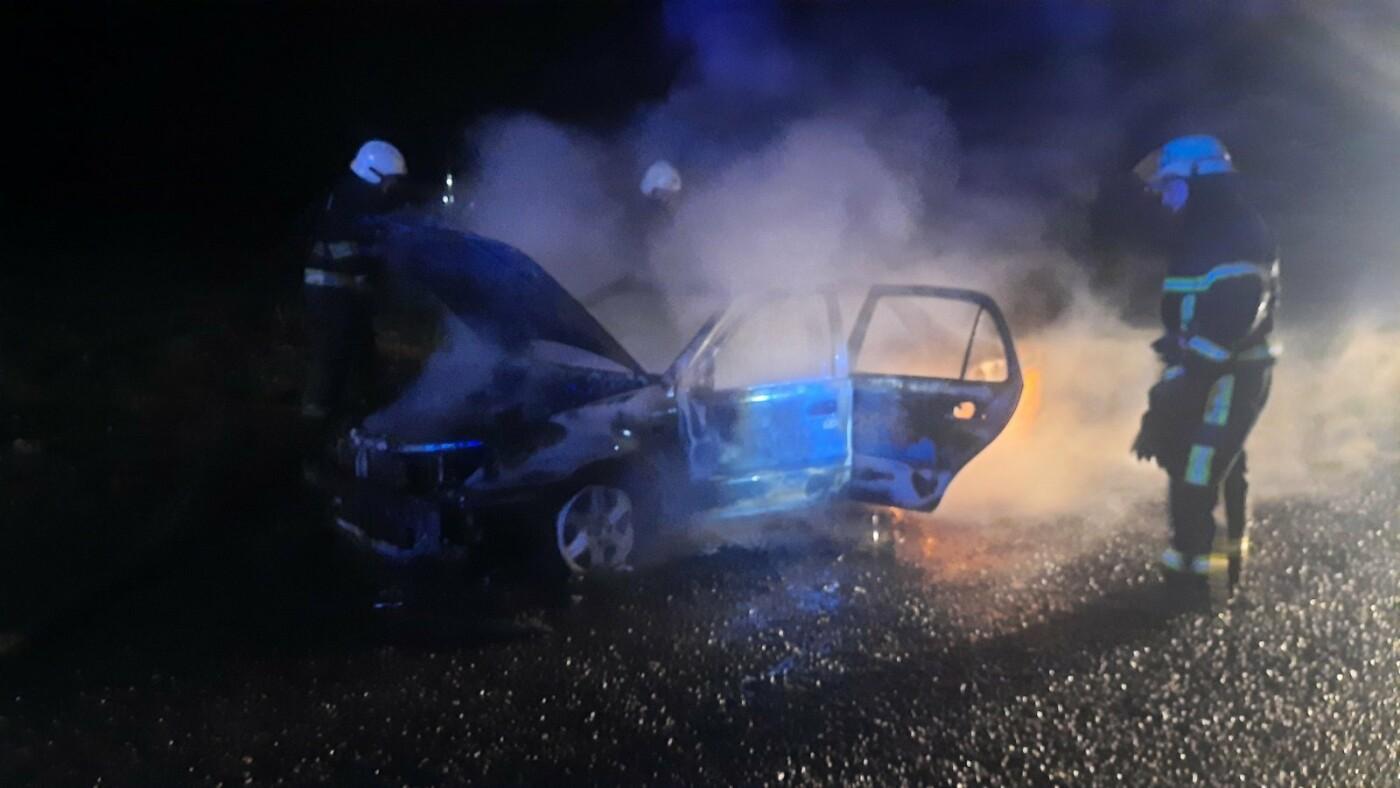 Под Харьковом горело авто. Водитель получил ожоги рук и ног, - ФОТО, фото-2