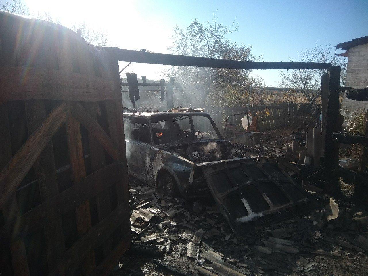 На Харьковщине из-за короткого замыкания полностью сгорел гараж вместе с автомобилем, - ФОТО, фото-1