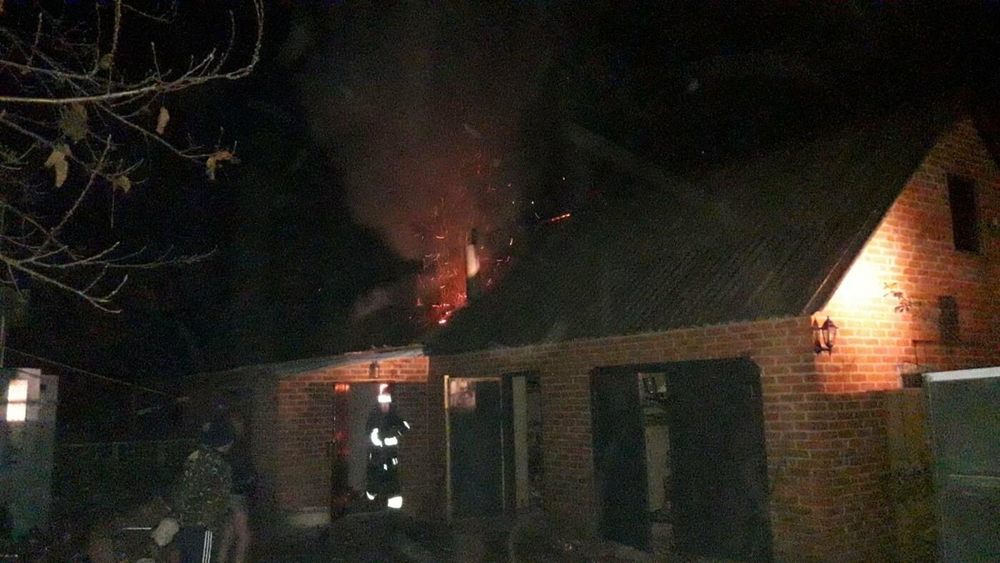 В Харьковской области загорелся гараж: спасатели больше двух часов тушили пожар, - ФОТО, фото-1