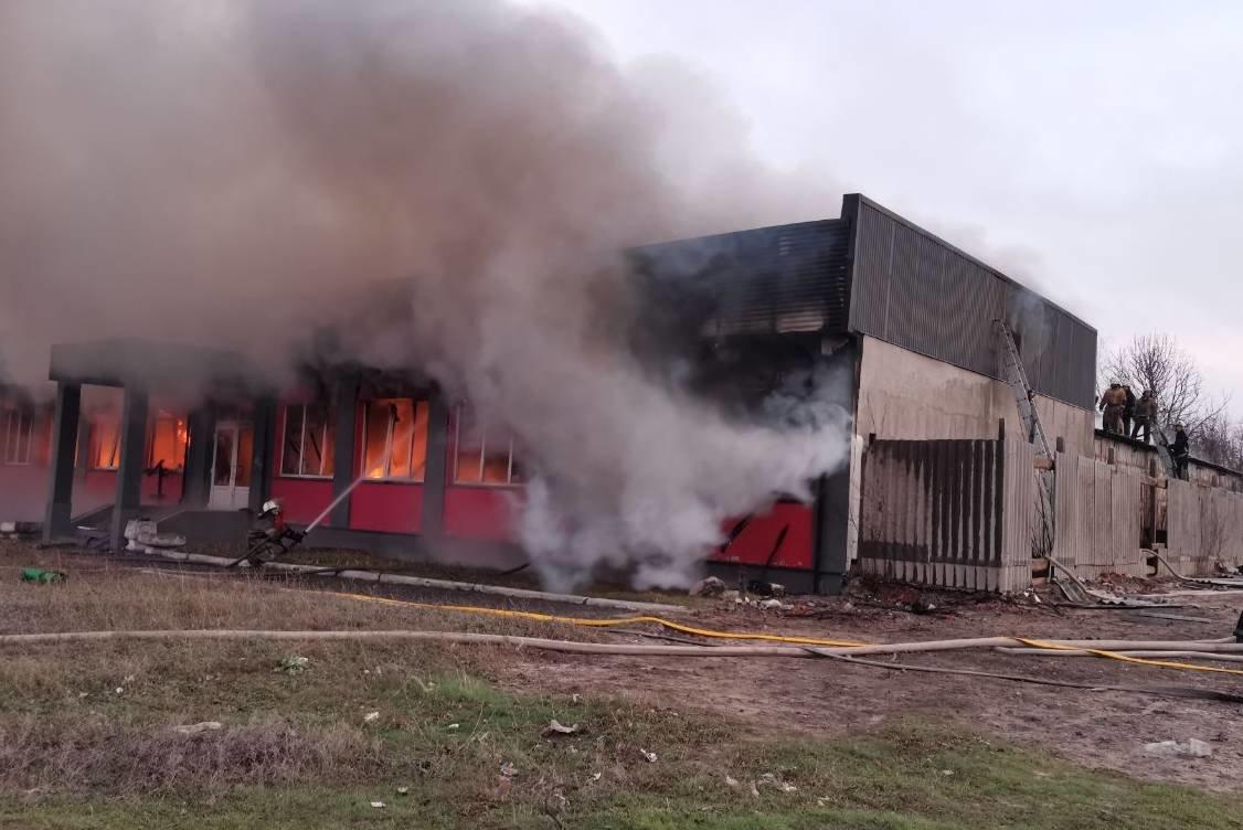 Под Харьковом спасатели тушили масштабный пожар в торгово-складском здании частного предпринимателя, - ФОТО, ВИДЕО, фото-3
