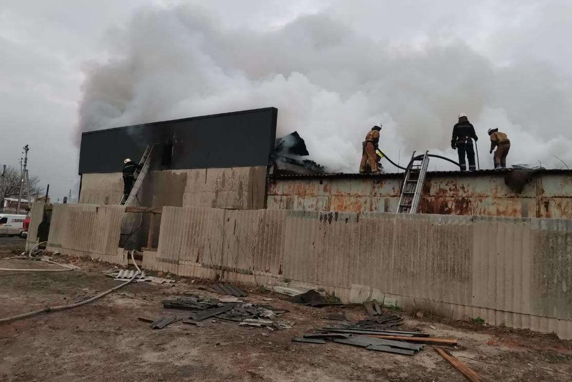 Под Харьковом спасатели тушили масштабный пожар в торгово-складском здании частного предпринимателя, - ФОТО, ВИДЕО, фото-4