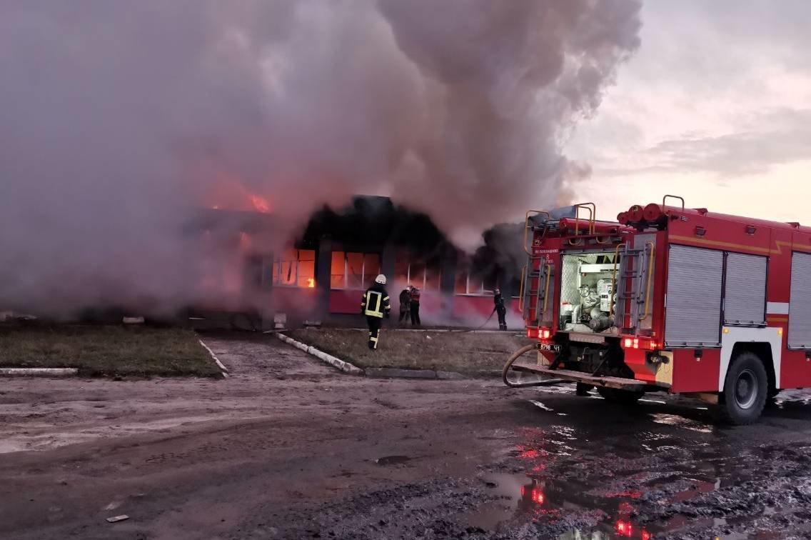 Под Харьковом спасатели тушили масштабный пожар в торгово-складском здании частного предпринимателя, - ФОТО, ВИДЕО, фото-2