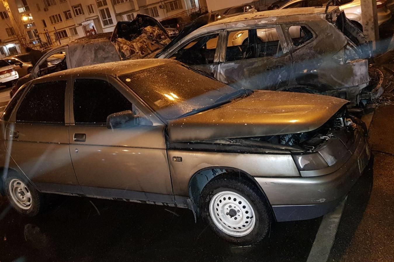 В Харькове во дворе «многоэтажки» сгорели три авто: одну из машин подожгли неизвестные, - ФОТО, ВИДЕО, фото-2