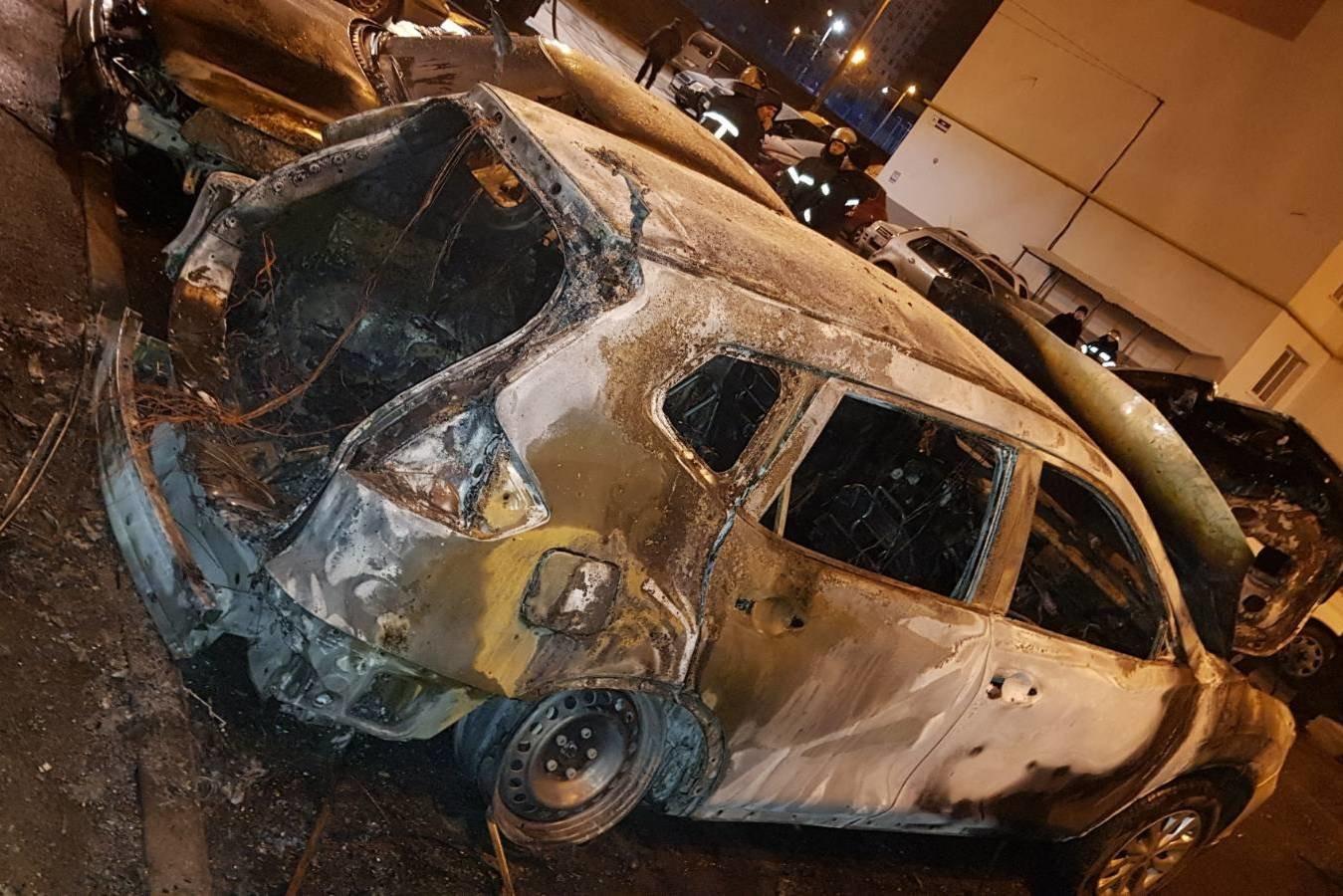 В Харькове во дворе «многоэтажки» сгорели три авто: одну из машин подожгли неизвестные, - ФОТО, ВИДЕО, фото-1