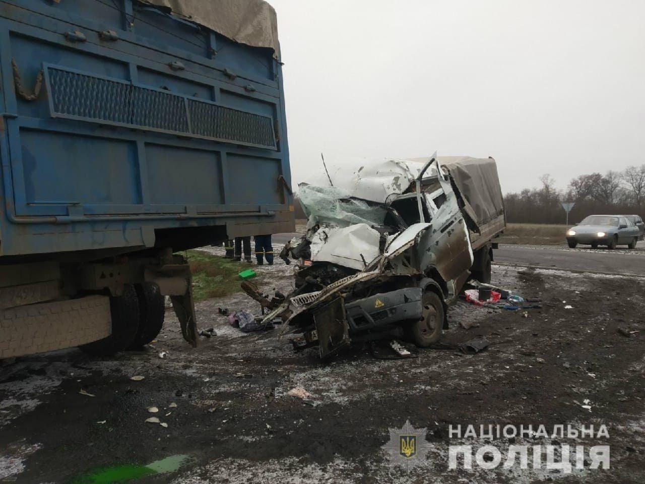 На трассе в Харьковской области столкнулись грузовики: от удара одну из машин смяло, есть пострадавший, - ФОТО, фото-1