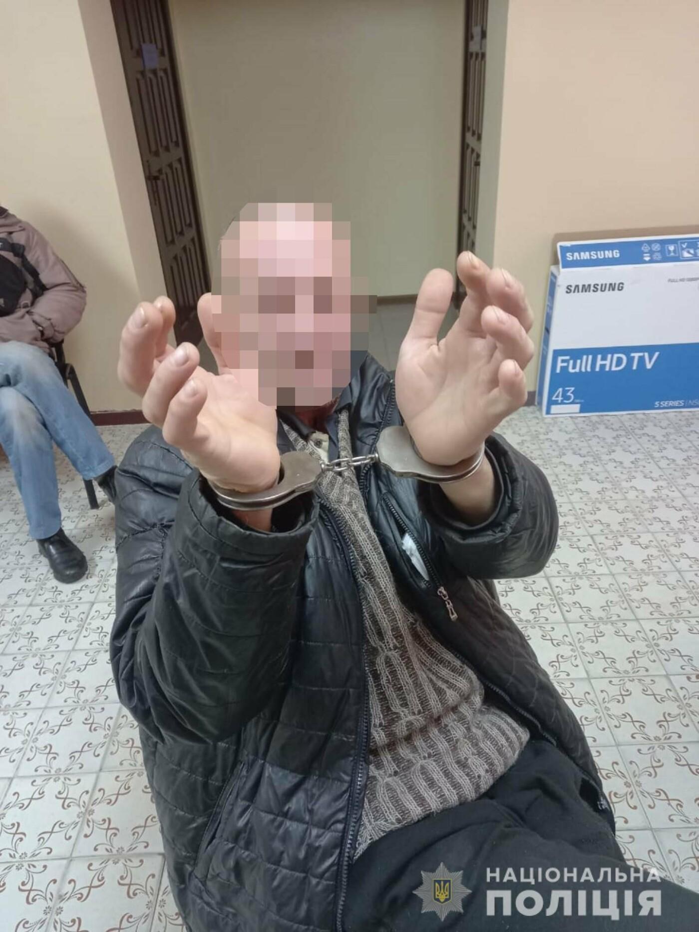 Проникли в квартиру, угрожали ножом и требовали деньги: под Харьковом двое мужчин ограбили односельчанина, - ФОТО, фото-1