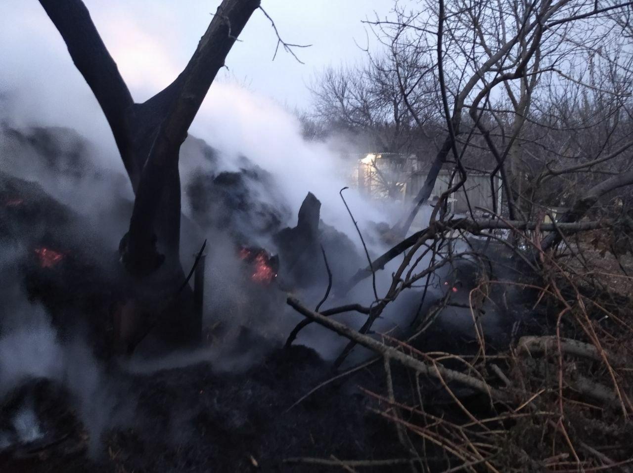 На Харьковщине неизвестные подожгли тонну заготовленной соломы, - ФОТО, фото-3