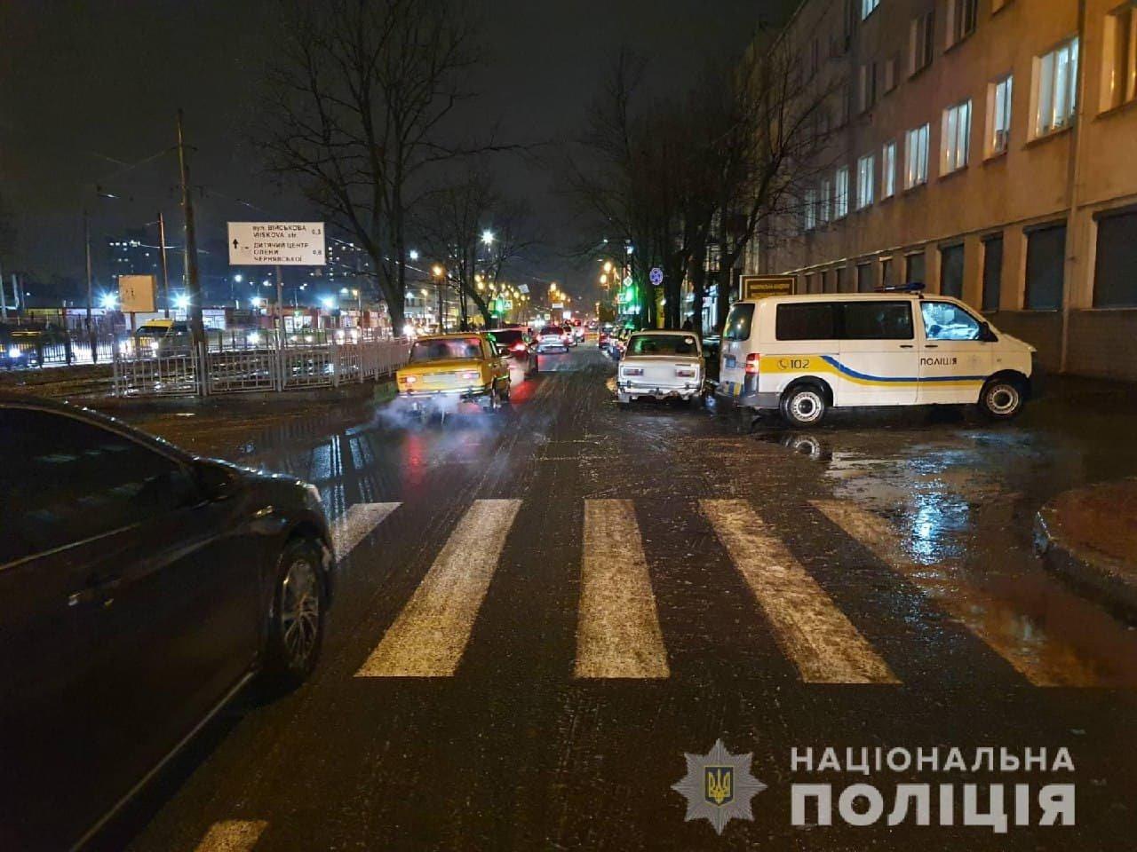 В Харькове из-за гололеда водитель легкового авто не смог затормозить и «снес» двух женщин на «зебре», - ФОТО, фото-1
