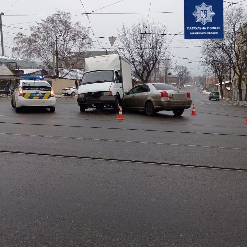 На перекрестке в Харькове водитель грузовика нарушил ПДД и въехал в легковую машину, - ФОТО  , фото-1