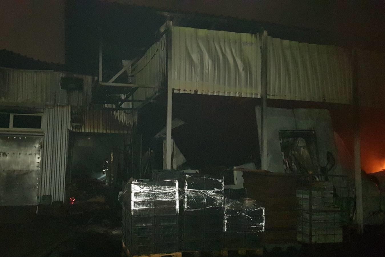 В Харькове спасатели несколько часов тушили масштабный пожар на складе копченной рыбы, - ФОТО, фото-1