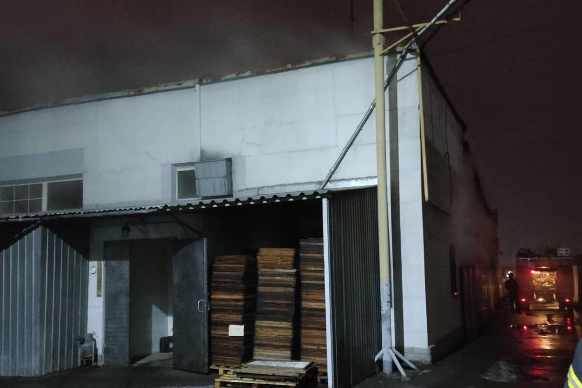 В Харькове спасатели несколько часов тушили масштабный пожар на складе копченной рыбы, - ФОТО, фото-3